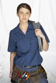 Un electricista normalmente necesita cuatro años de experiencia supervisada para calificar como jornalero.