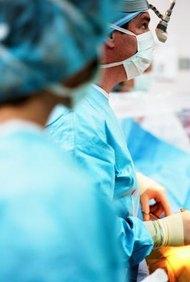 Los enfermeros de una sala de urgencias a menudo prestan ayuda a los médicos durante las cirugías.