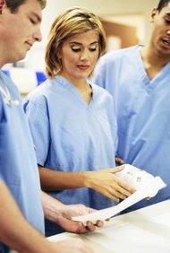 Las enfermeras trabajan en equipos con otros profesionales médicos.