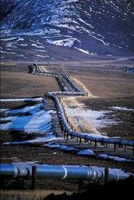 Los obreros de la industria del petróleo reparan los daños cotidianos en los oleoductos.