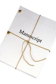 Los editores de libros revisan y examinan los manuscritos para su publicación.