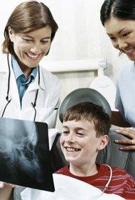 Los asistentes de ortodoncia preparan a los pacientes para los exámenes y tratamiento.