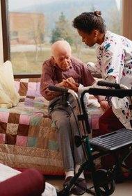 Una enfermera de hospicio proporciona cuidado de enfermería especializada y apoyo emocional al final de la vida.