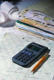 Las estrategias de presupuesto de base cero incluyen la formación de equipos, análisis de gastos y una planificación adecuada.