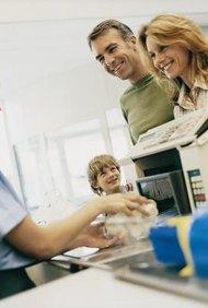 Por lo general, los ciudadanos pueden encontrar empleos en comisionados de la base.