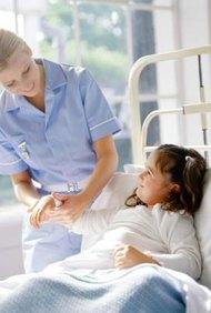 Las enfermeras pediátricas trabajan en hospitales, clínicas, escuelas y en los consultorios de los doctores.