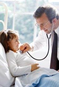Los pediatras se ocupan de los pacientes más jóvenes, desde los infantes hasta los adultos jóvenes.