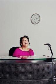 Recepcionista riendo.
