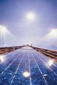 La energía solar se recolecta y distribuye de varias formas.