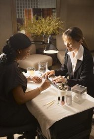 Un programa de cosmetología puede preparar a las graduadas para ser una estilista de uñas.