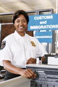 Los oficiales de aduanas y fronteras trabajan en los aeropuertos y otros puntos de entrada al país.