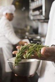 Los ayudantes de cocina preparan los ingredientes para los chefs.
