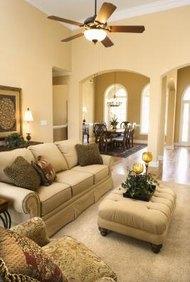 Algunos ensambladores de muebles se especializan en piezas tapizadas.