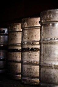 Los repartidores de cerveza ayudan a mantener el flujo del producto en los establecimientos de venta minorista y restaurantes.