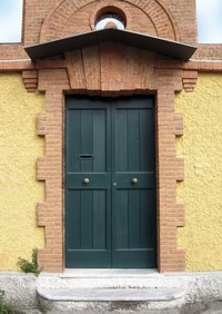 A dark green east-facing door brings financial blessings and growth opportunities.