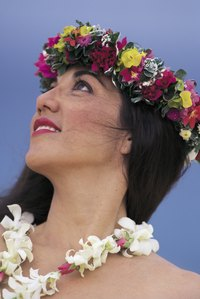 Making a Hawaiian headpiece is similar to making a lei.