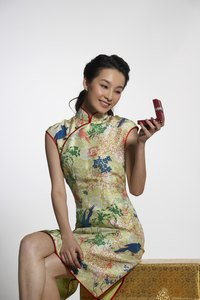 Qipao dresses can be made in a variety of fabrics and look good with or without patterns.