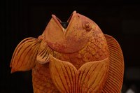 Use simple tools to carve fish scales.