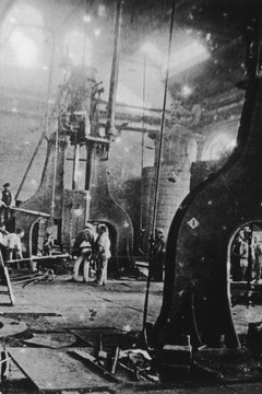 In 1900, American factory workers faced harsh, grueling work for little pay.