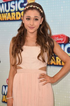 Ariana Grande's loose, elegant waves can be recreated with a hair waver.