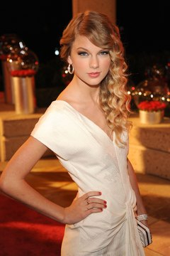 Create soft and defined curls like Taylor Swift with a small curling iron.