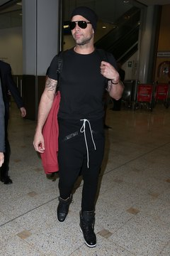 Ricky Martin touches down in Sydney wearing a casual-yet-classy look.