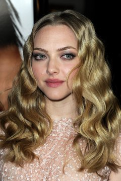Tight waves like Amanda Seyfried's add a touch of vintage glamor to any look.