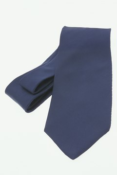Cape knots look best on thick ties with minimal pattern.