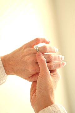 Whether a widow continues to wear her ring is ultimately up to her.