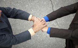 Los propietarios de negocios nuevos puede solicitar préstamos a amigos y familiares, a los bancos.