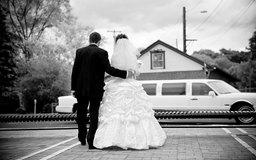 Los negocios de limusinas proveen transporte para eventos especiales como bodas.