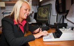 Los gastos de negocios que se pueden descontar son el costo de la mano de obra y de los productos.