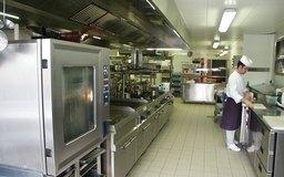 El equipo de las cocinas comerciales se ajusta a los códigos y estándares de salubridad e industriales.