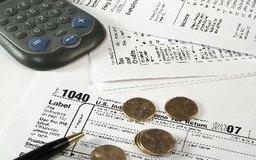 Los empleadores calculan la retención de impuestos usando el Formulario IRS W-4.