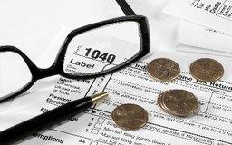 El propietario único reporta las pérdidas y ganancias en el Anexo C, que se adjunta al formulario 1040 del IRS.