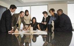 Las agencias publicitarias agrupan administradores de cuentas, talentos creativos y especialistas en medios de comunicación.
