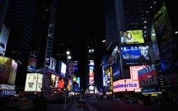 La exposición publicitaria se muestra en luces neón en Times Square en la ciudad de Nueva York.