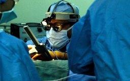 Los cardiólogos diagnostican y tratan condiciones del corazón, mientras que los cirujanos corrigen los problemas físicamente.