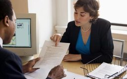 Los traductores trabajan para clientes que necesitan la traducción de documentos escritos en otro idioma.