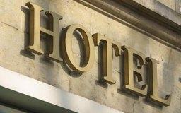 Un hotel puede tener varios administradores, cada uno a cargo de un sector operativo diferente.