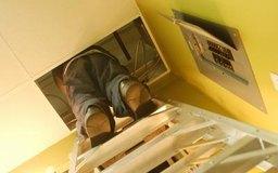 Los conserjes de las escuelas a menudo necesitan reparar problemas eléctricos menores.