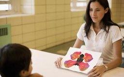 Las escuelas emplean a trabajadores sociales para ayudar a los estudiantes y sus familias.