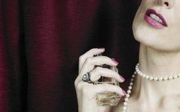 Los anuncios de perfumes a menudo asocian la fragancia con la atracción sexual.