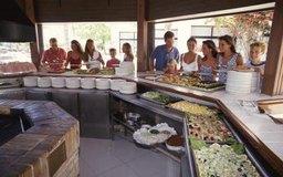 Consejos para organizar una reunión de almuerzo con servicio de comida.