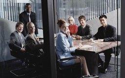 Se requiere una compensación para empleados no asalariados que asisten a reuniones obligatorias.
