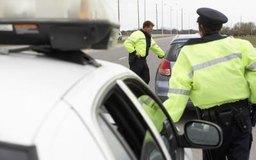 Muchos oficiales de policía pasan la mayor parte de su tiempo haciendo cumplir las leyes de tránsito.