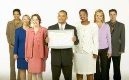 Un director de ventas trabaja con personal de ventas de primera línea.