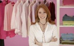 Las tiendas de ropa usualmente compran mercancía al por mayor y la revenden a los clientes.