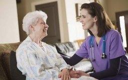 Comienza un negocio en casa de cuidado de ancianos.