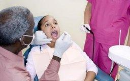 Los dentistas aprenden a evaluar y asesorar a los pacientes con un programa acreditado en una escuela de odontolgía.